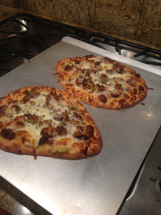 flatbread pizza (sausage,olives,artichoke)