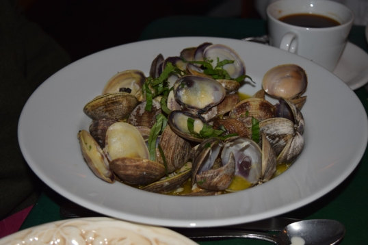 Linguini alle Vongole (Fresh clams sautéed with garlic, olive oil, and white wine)